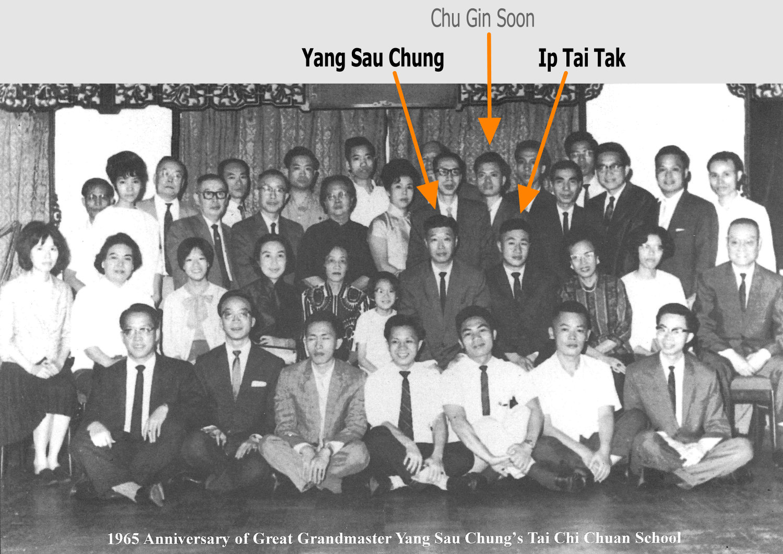 1965, anniversaire de Yang Sau Chung. Ip Tai Tak est assis à la droite de Yang Sau Chung. Il occupe la place traditionnellement réservée au fils. Cela démontre l'importance du statut de Ip Tai Tak aux yeux de Yang Sau Chung. Chu Gin Soon, pas encore disciple à l'époque, se trouve au dernier rang.